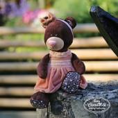 Milk сидячая в розовом бархатном платье